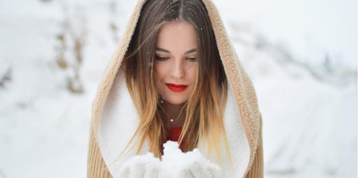 7 conseils pour éviter les cheveux électriques en hiver