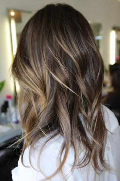 Ombré Hair  cette technique consiste, tout comme le tie and dye, à créer  des racines foncées et des pointes plus claires. Cependant, le ombré hair  est